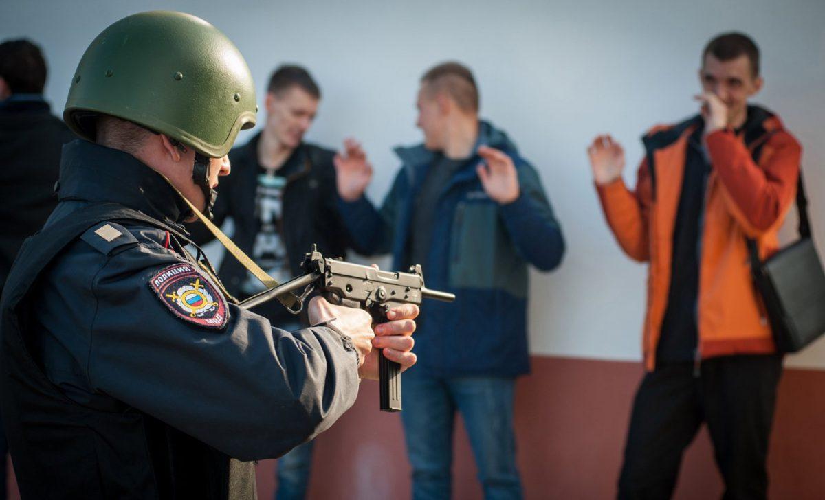«Целятся» в иностранцев, стреляют в россиян